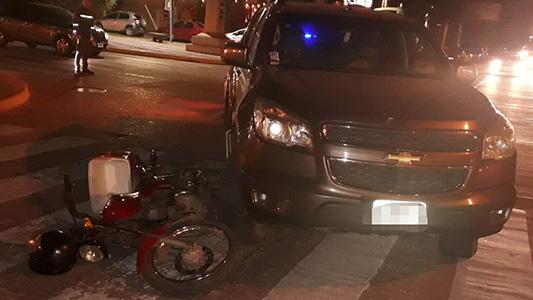 Joven chocó contra un auto en Barrio La Madrid y sufrió lesiones leves