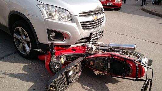 Choque en hora pico dejó a una motociclista con heridas graves