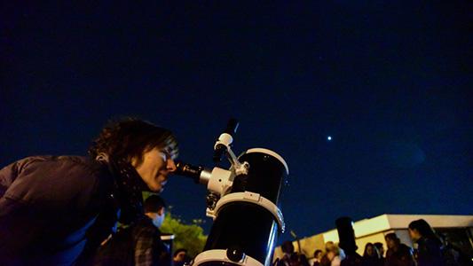 A mirar el cielo: invitan a observar la luna y los planetas en el Parque de la Vida