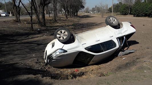 Camioneta volcó en Villa Nueva y cayó en la cuneta de desagüe