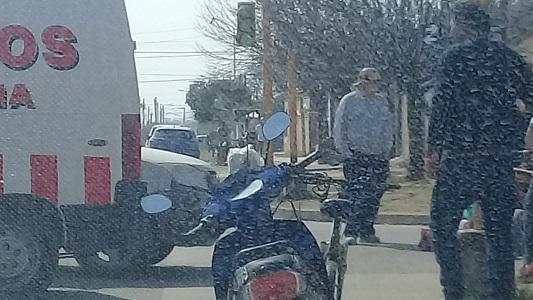 Fuerte choque de una motociclista en una esquina del barrio San Martín