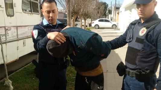 Le estaba robando la moto y lo agarró justo: quedó detenido