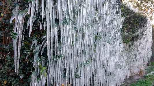 """Casi 7º bajo cero y una helada que dejó """"estalactitas"""" en Villa María"""