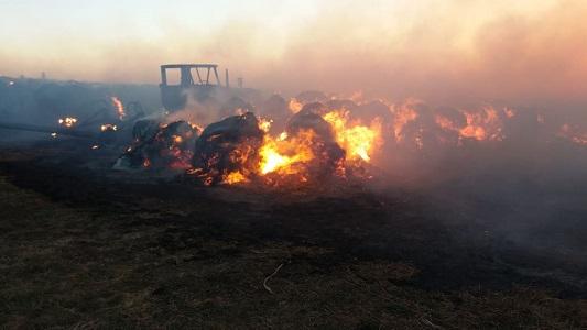 Ardieron 140 rollos y un tractor en estancia cercana a Villa María