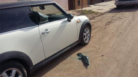 Le rompió el mini cooper a la vecina para robarle la cartera