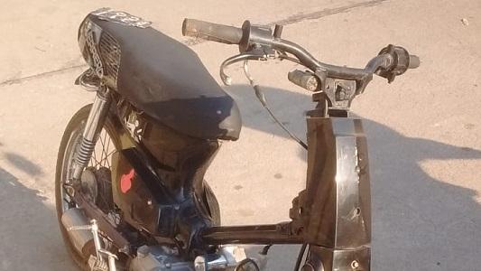 A toda velocidad en precarias motos por la Costanera: hay dos detenidos