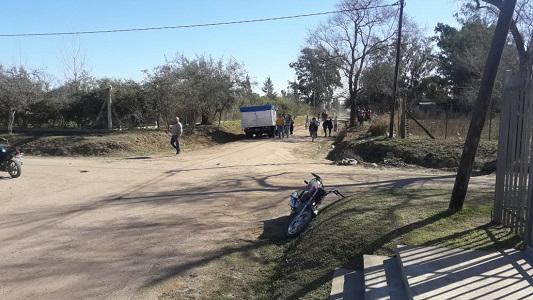Tres jóvenes en moto por Villa Nueva chocaron contra un camión