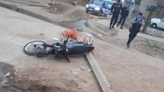 Adolescente perdió el control de la moto y se fracturó una pierna