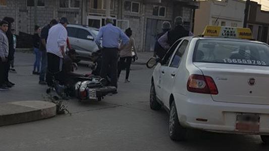 Moto chocó contra un remis en barrio Rivadavia