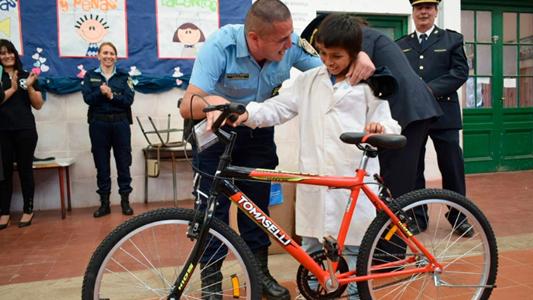 Un gran gesto: un niño encontró 25.000 pesos y los devolvió a su dueño