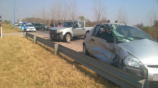 Auto y camioneta chocaron de frente cerca del puente andino