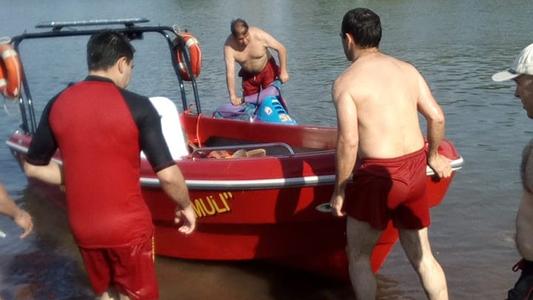 Se tiró al lago para escapar de la Policía: casi se ahoga y fue rescatado por Bomberos