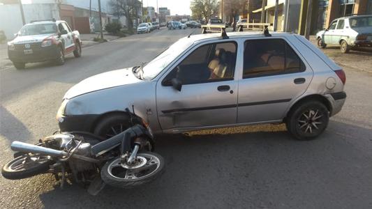 Joven motociclista terminó en el Hospital tras choque con auto