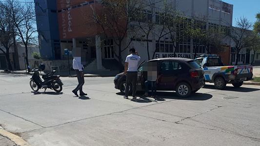 Chocó en moto pero llevaba casco: sólo sufrió heridas leves