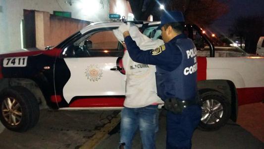 Persecución por las calles para agarrar dos jóvenes que intentaban robar