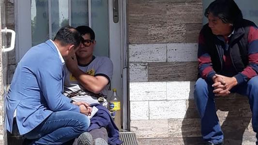 Se encadenó en una obra social para pedir audífonos para su hijo