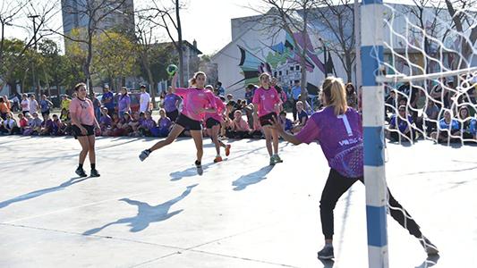 Las chicas tiene la pelota: Largaron los torneos de handball y fútbol femenino