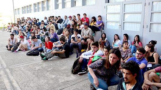Estudiantes piden que la ciudad se declare en emergencia educativa
