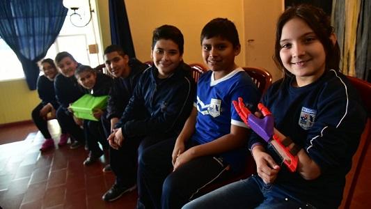 Crearon otra mano ortopédica para su compañera de la escuela José Ingenieros
