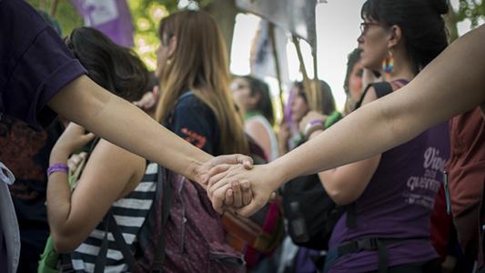 """Crean una """"guardia feminista"""" para acompañar a mujeres a denunciar casos de abuso"""