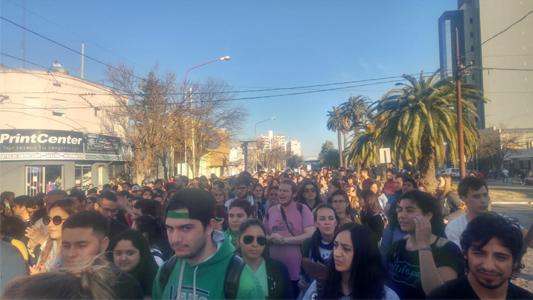 La comunidad universitaria marchó en defensa de la educación pública