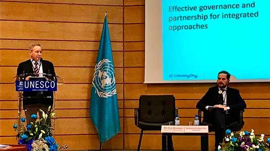 Gill habló ante la Unesco en Francia del programa para que adultos terminen la escuela