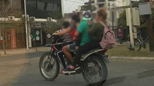 De a 5 en una moto: Sin casco, con niños y usando el celular