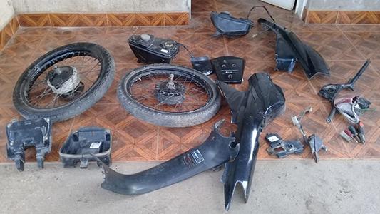 Allanan una vivienda en barrio Las Playas y secuestran motopartes robadas