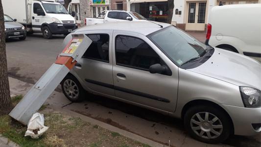 Vándalos rompieron 6 parquímetros: uno cayó sobre auto estacionado
