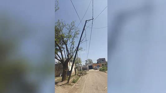 Quejas y preocupación por un poste a punto de caer en Villa Nueva