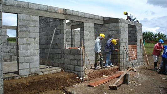 Apuesta a lo sustentable: vecinos aprenden a construir casas que ahorran energía y agua