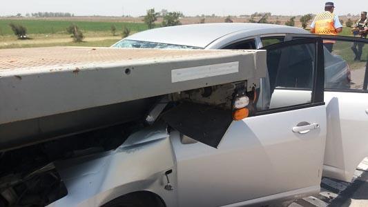 Choque en la Autopista: Se metió debajo de un camión y hay un herido
