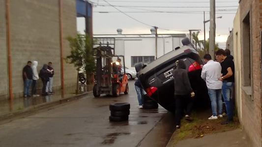 Volcó un auto en barrio San Justo y el conductor salió ileso