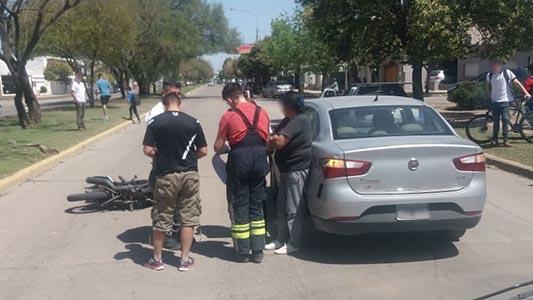 Traumatismo en piernas para un joven en moto que chocó frente a la Esil