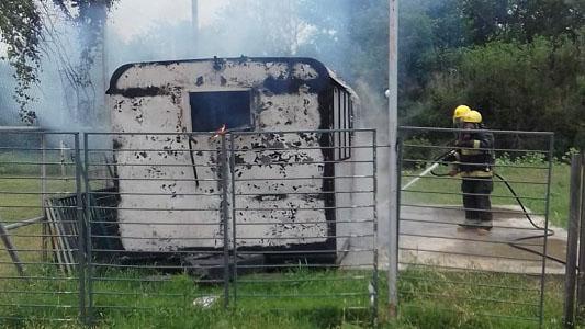 Investigan incendio que destruyó un kiosco de bebidas en la Costanera