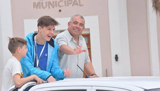 Tío Pujio recibió en caravana a su nadador estrella en los Juegos Evita