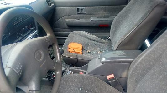 Le reventaron los vidrios de la camioneta para robarle un cargador de celular