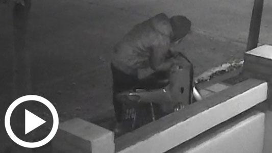 Un robo en 10 segundos: Ese tiempo le tomó destrabar y llevarse la moto