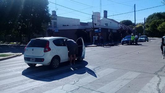 Choques en moto por la Costanera: Colisionaron contra una valla y un auto