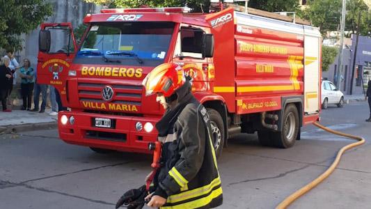 Incendio en cochera: Se quemaron 5 autos con daño total
