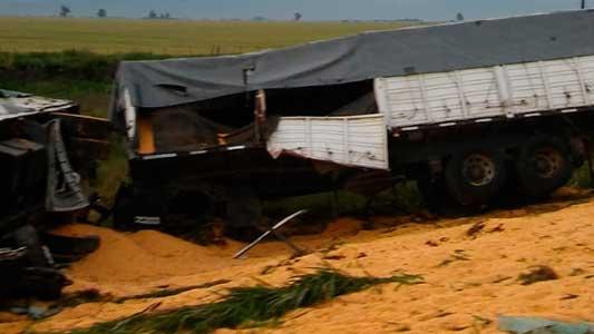 Choque fatal en Las Varillas: Murieron dos camioneros que impactaron de frente