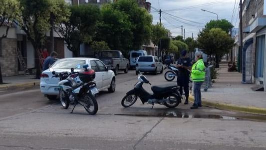 Motociclista con heridas graves tras chocar contra un auto