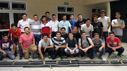 ¡Que gane el mejor! Carrera de 9 autos velocistas realizados por estudiantes en el campeonato de Robótica