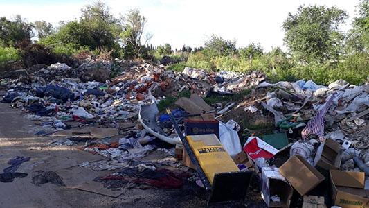 Basural eterno: Limpiaron la costa pero los irresponsables vuelven a ensuciar
