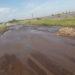 """""""Trampa"""" para camiones: quejas por el mal estado de una calle con agua y baches"""