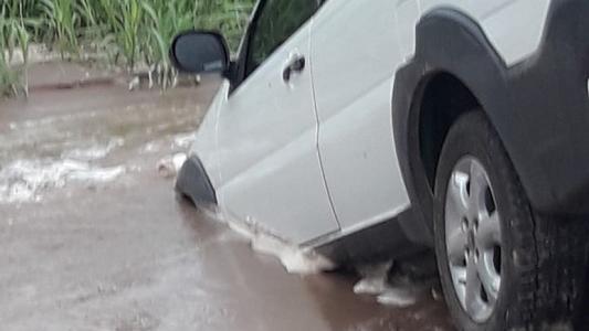 Arroyo Cabral: El camino al Cementerio se transformó en un río