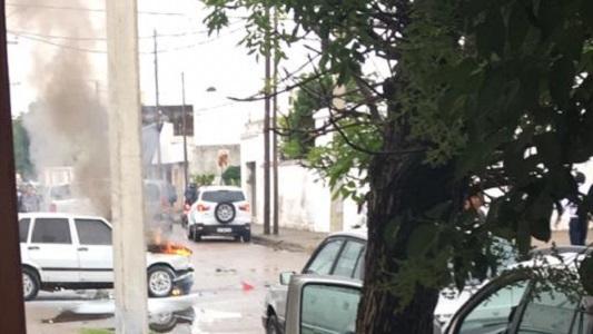 Chocó y se prendió fuego: Fiat Uno impactó contra remis en barrio Lamadrid