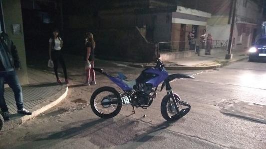 Le quedó cuadrada la rueda por el choque en calle Mendoza