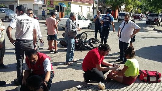 Cuatro chicas en una moto y en contramano chocaron en esquina céntrica