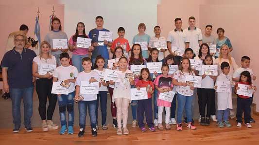 Tío Pujio: Cooperativa destaca a deportistas y estudiantes solidarios